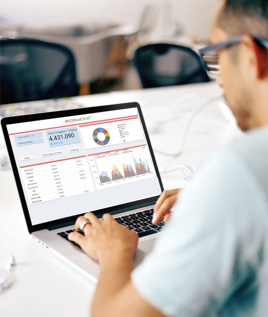 Homem em um escritório utilizando um software de ged